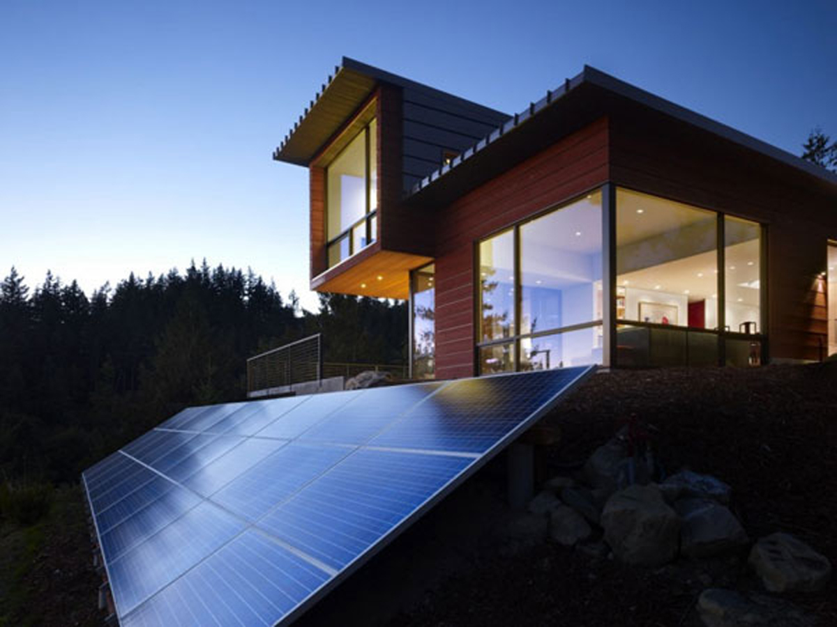 Home with solar panels homesfeed for Solar energy house designs