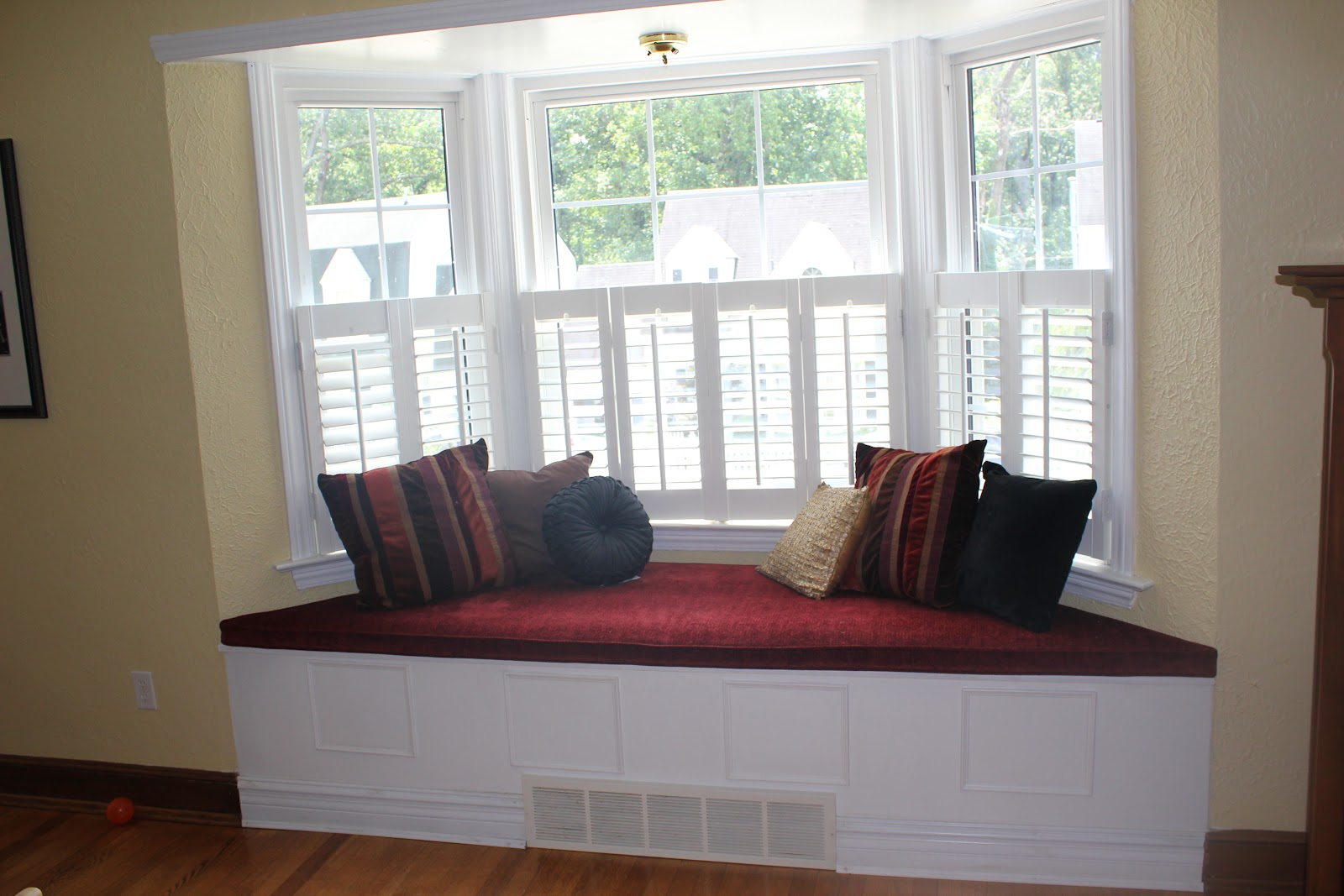 Bay window couch perfect angle to indulge your eyes for What furniture to put in a bay window