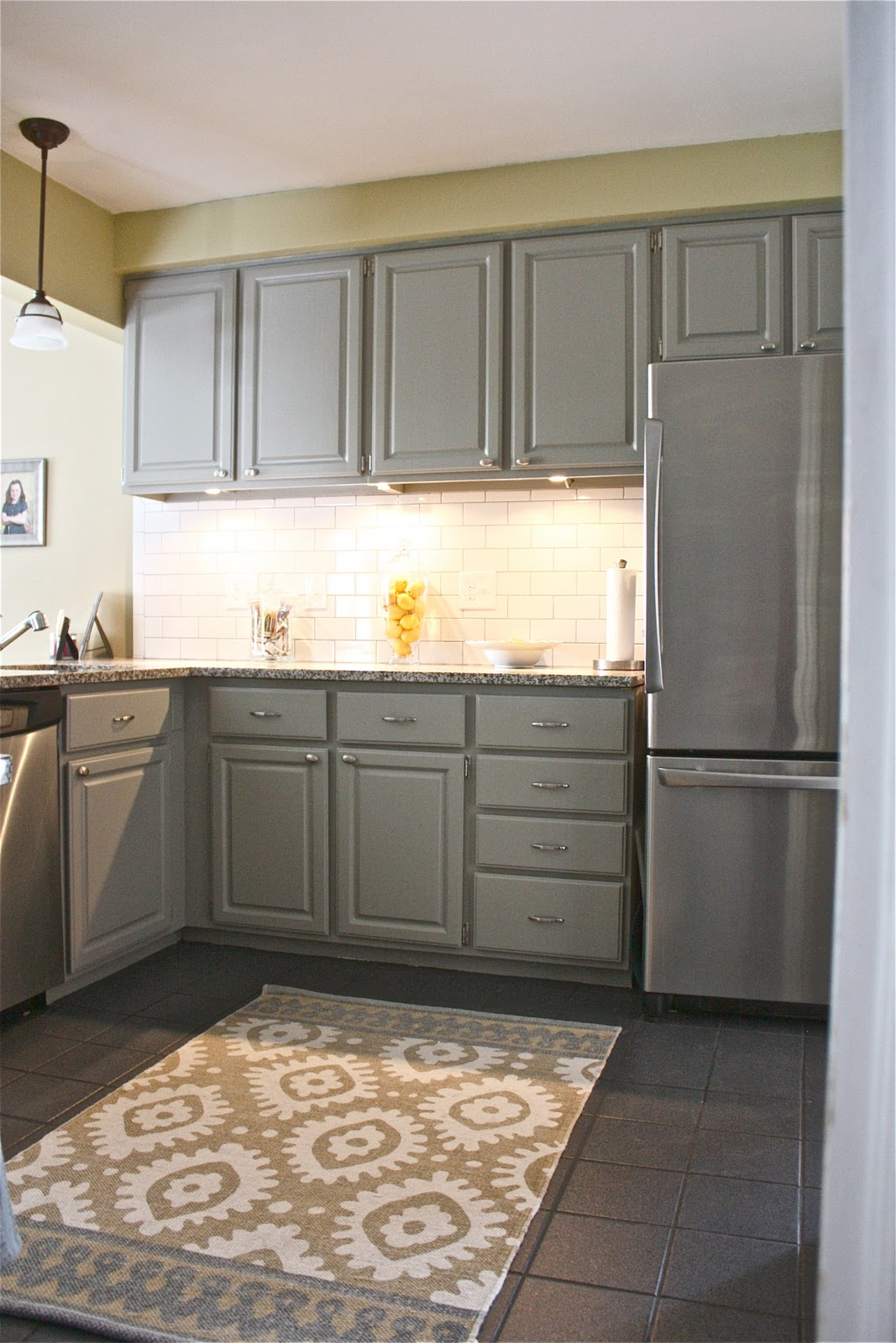 Gray Kitchen Cabinet The Thing That You Should Have HomesFeed - Backsplash for gray kitchen cabinets