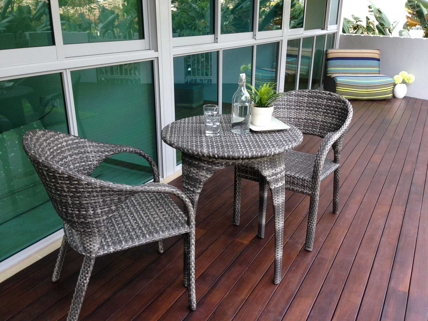 Apartment balcony furniture homesfeed for Balcony furniture set