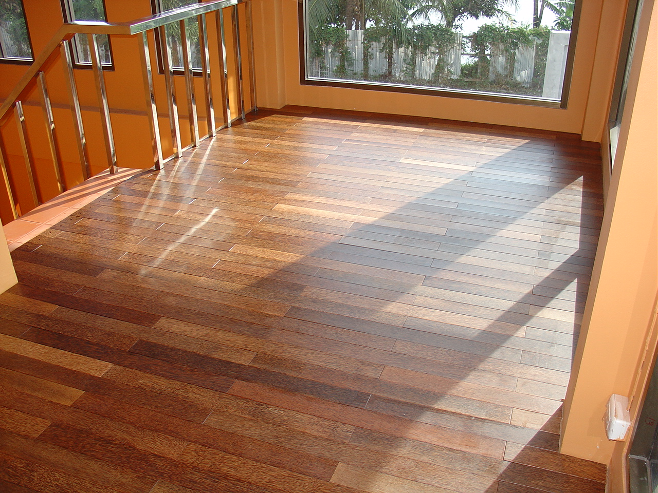 Hardwood floor vs laminate the pros and cons homesfeed for Laminate wood flooring ideas