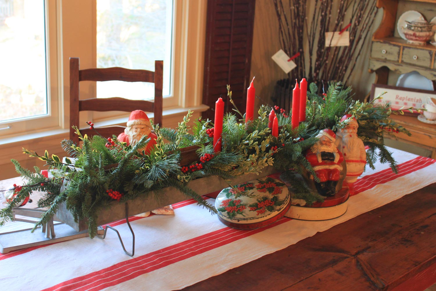 Beautiful christmas centerpiece with adorable red and for Beautiful dining table centerpieces