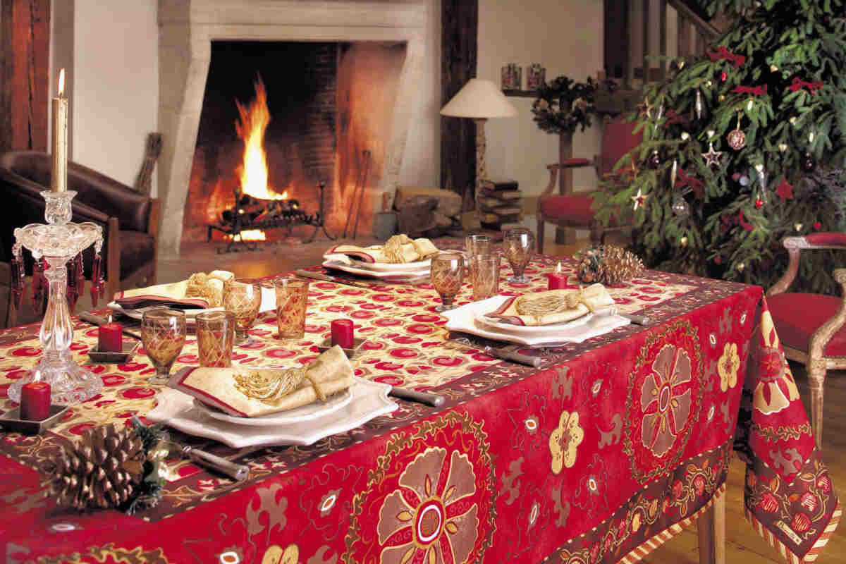 Beautiful christmas centerpiece with adorable red and - Decor de table noel ...
