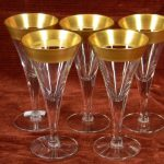 nice-Set-of-5-gold-rimmed-wine-glasses-with-6inches-in-pointed-shaped-placed-on-the-wooden-table