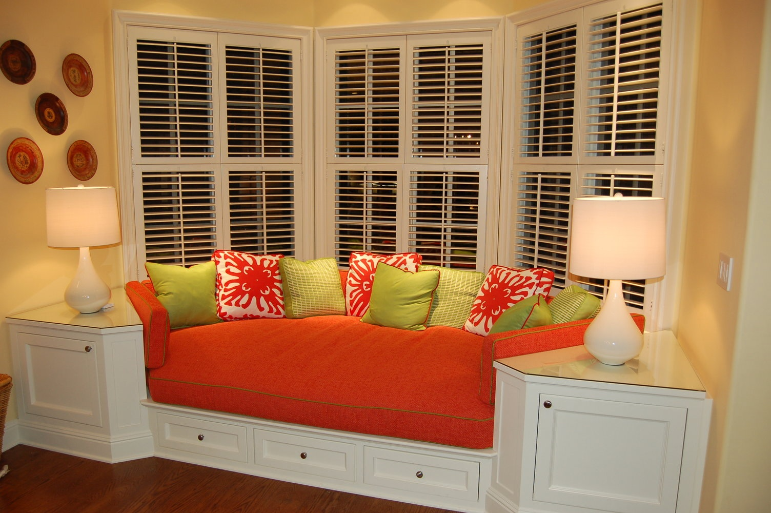Comfortable Window Seats with Storage - HomesFeed