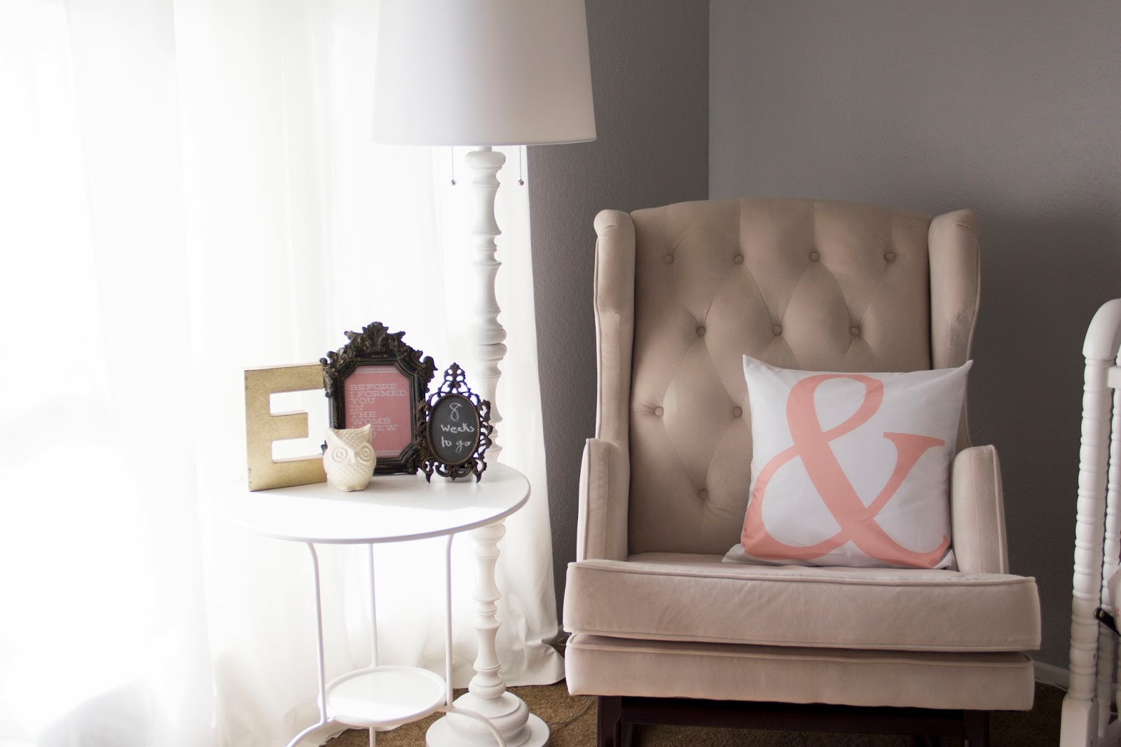 Etonnant Simple White Round Top Nursery Side Table With Some Antique Picture Frames  A Floor Lamp In