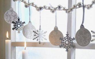 Simple window decoration idea for Christmas