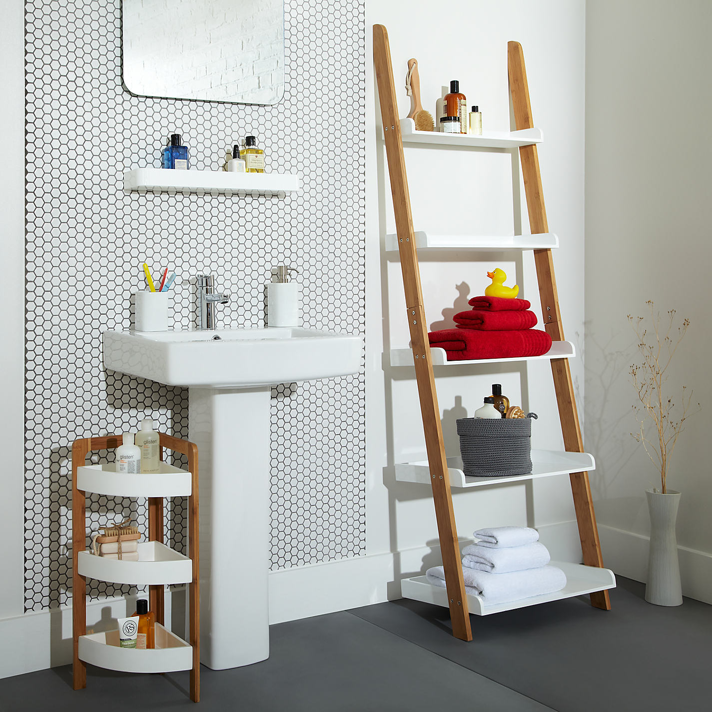 Cottage bathroom look add this bathroom ladder shelf for Idee deco murale originale
