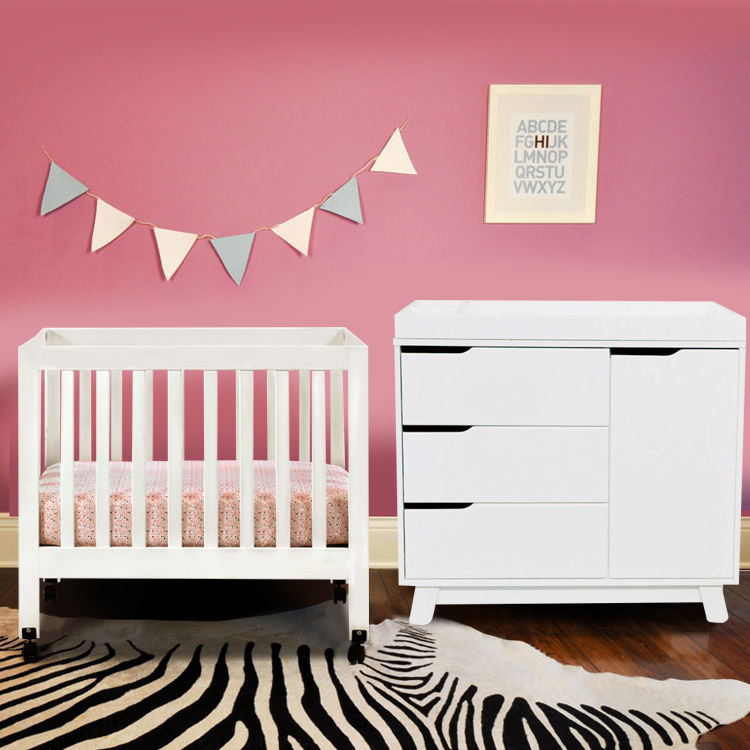 Mini crib with wheels alpha mini rocking crib davinci for Best baby cribs for small spaces