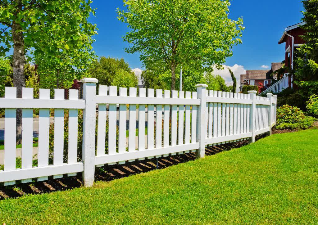 List of decorative fencing ideas homesfeed for Short garden fence designs