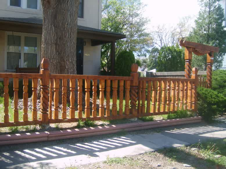 List of decorative fencing ideas homesfeed for Unique privacy fence designs