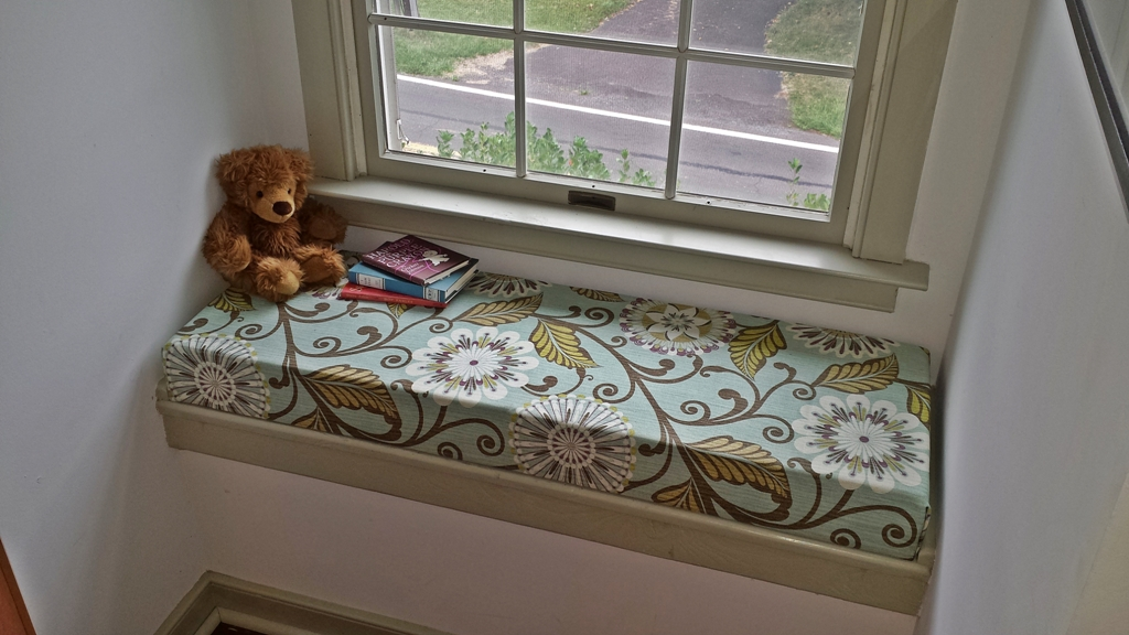 Comfortable cushions for window seats homesfeed for How to make seat cushions for dining room chairs