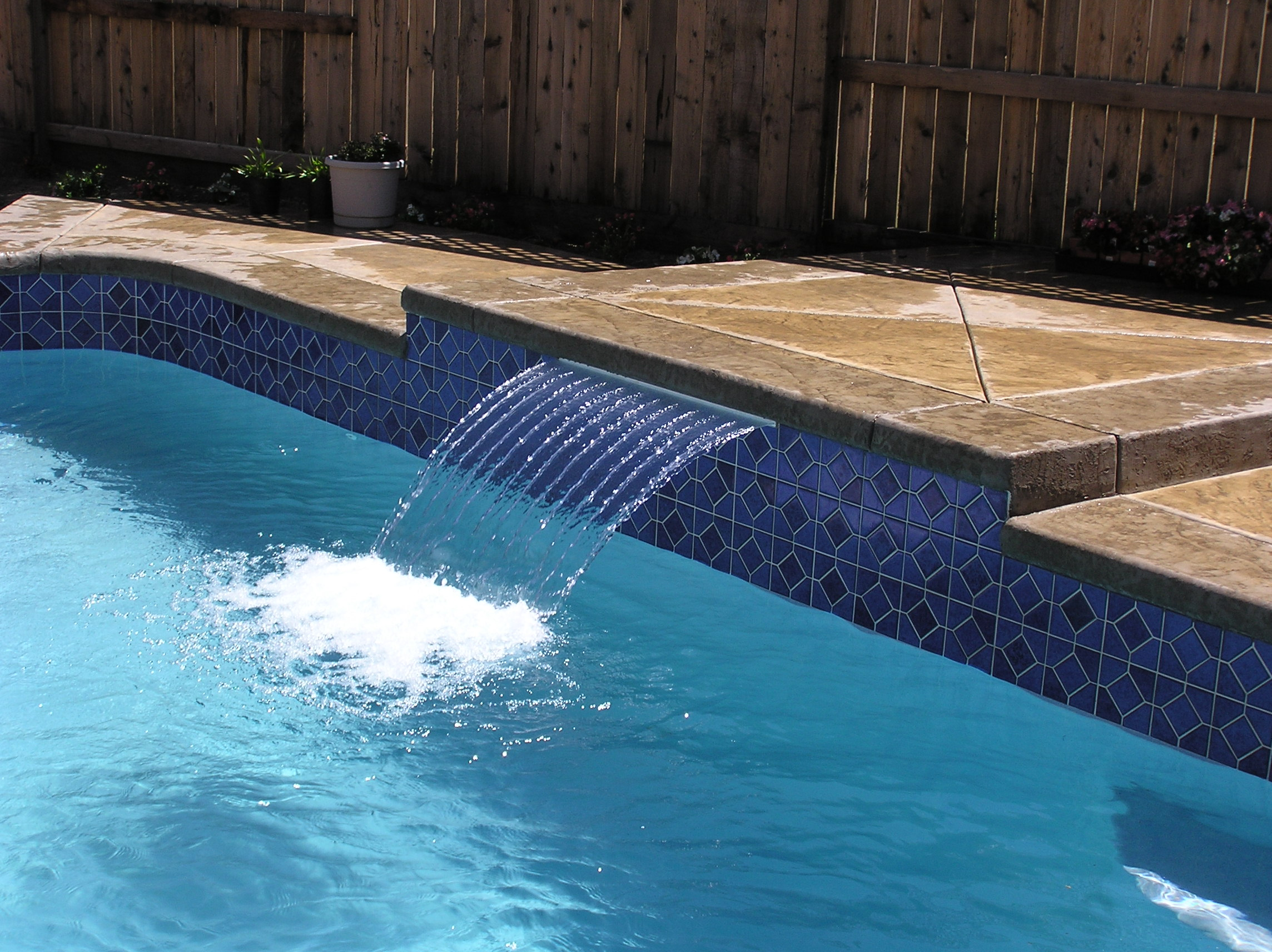 Swimming Pool Fountains : Cool swimming pool water fountain homesfeed