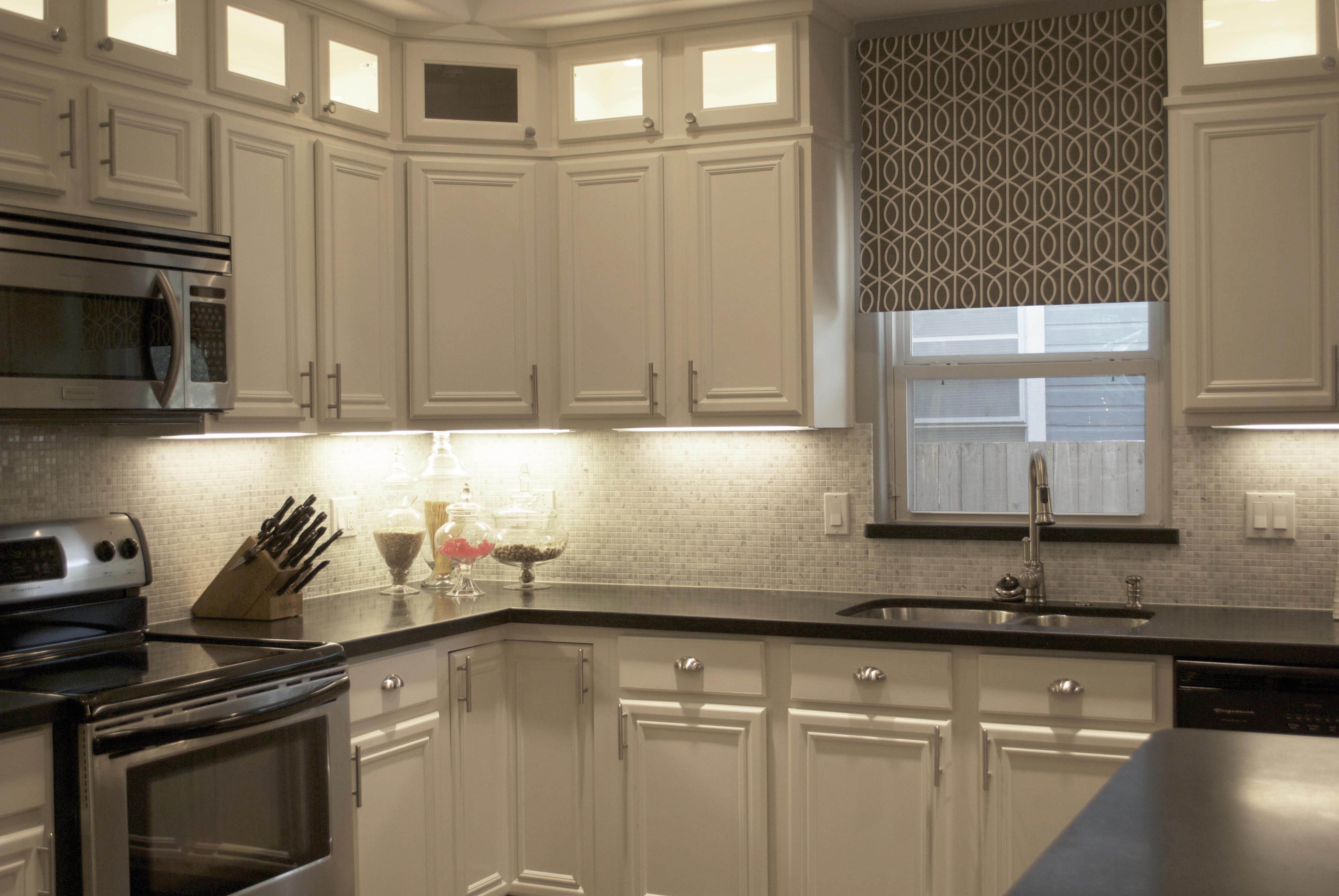 Carrara marble backsplash homesfeed for Kitchen designs with white cabinets