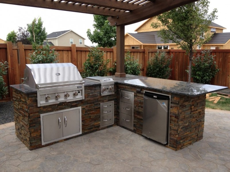 corner rustic outdoor kitchen idea with BBQ table