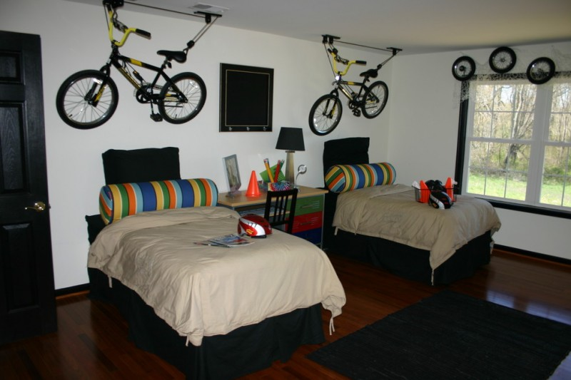 boys' bedroom idea with boys' hanging bikes decor