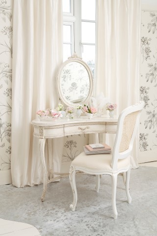 inspiring ideas of makeup vanity table for your private rooms homesfeed. Black Bedroom Furniture Sets. Home Design Ideas