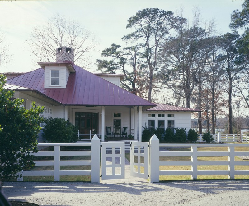 farmhouse style exterior board fences idea in white with pointed fence posts