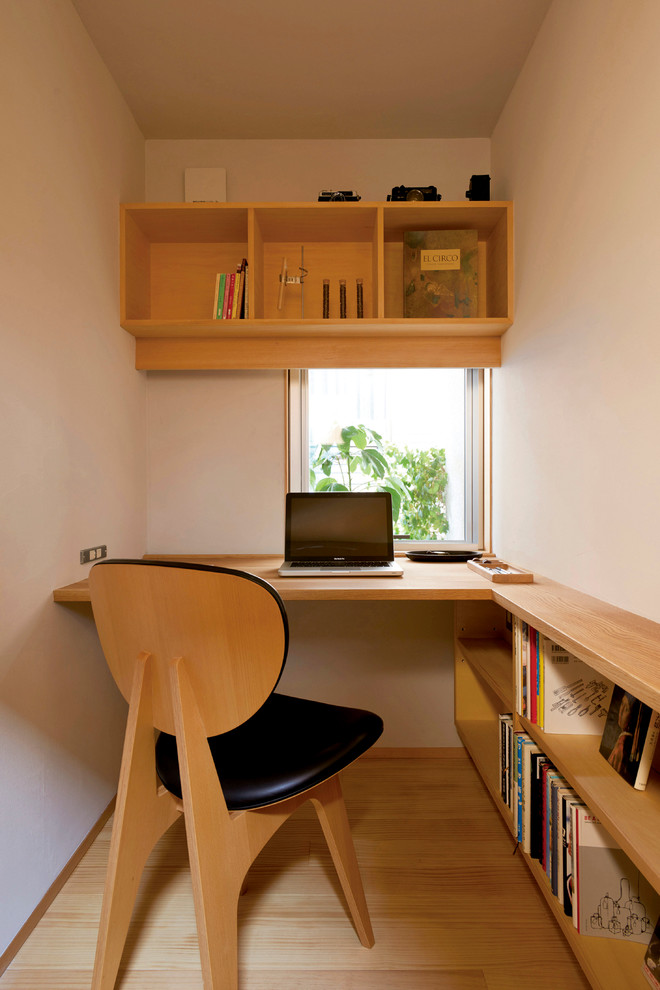 small home office L shaped working desk connceted to book shelves black leather chair with wood construction top book shelves