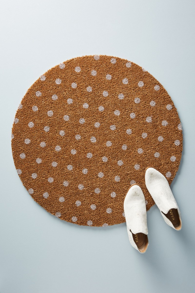outdoor mat in round shape and in neutral color