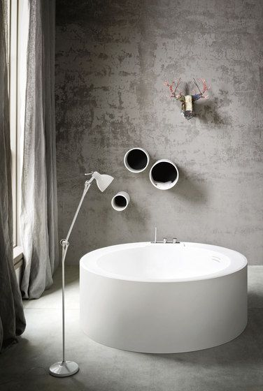 semi Brut style bathroom idea modern Japanese bath in white simple & thin floor lamp in white exposed concrete wall in light gray light gray curtains