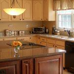 elegan-kitchen-pendant-lamp-cream-wooden-kitchen-cabinet-minimalist-kitchen-sink-minimlaist-dining-table