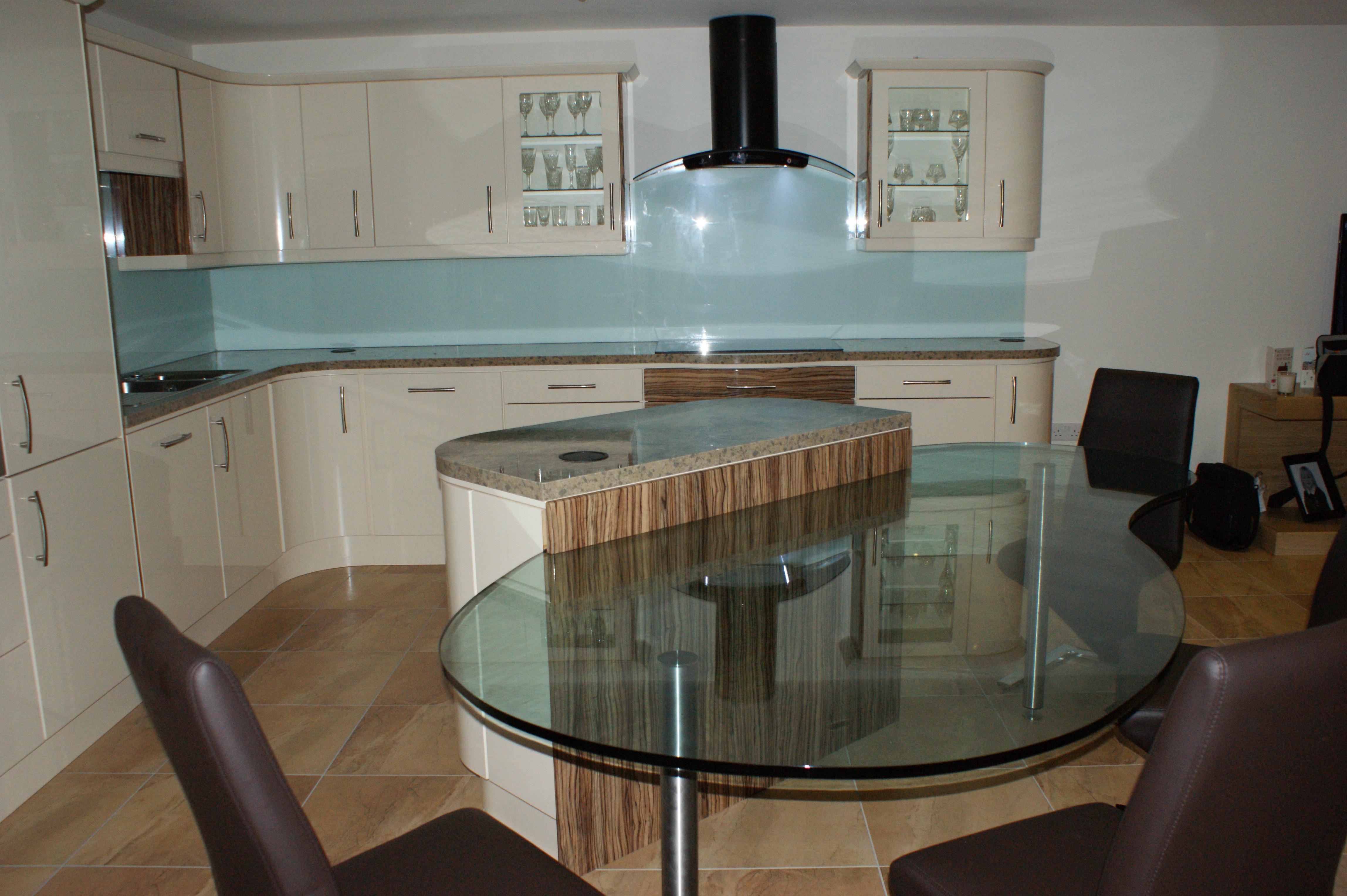 Trendy Glass Splashbacks Adding Style To Your Kitchen