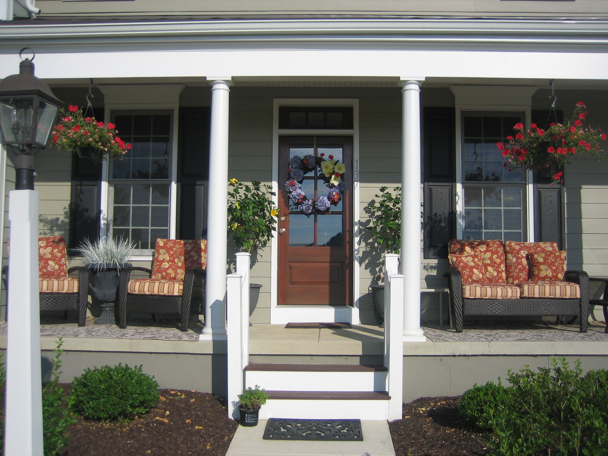 Upgrade your house exterior with these tricks homesfeed for Small front porch decorating ideas