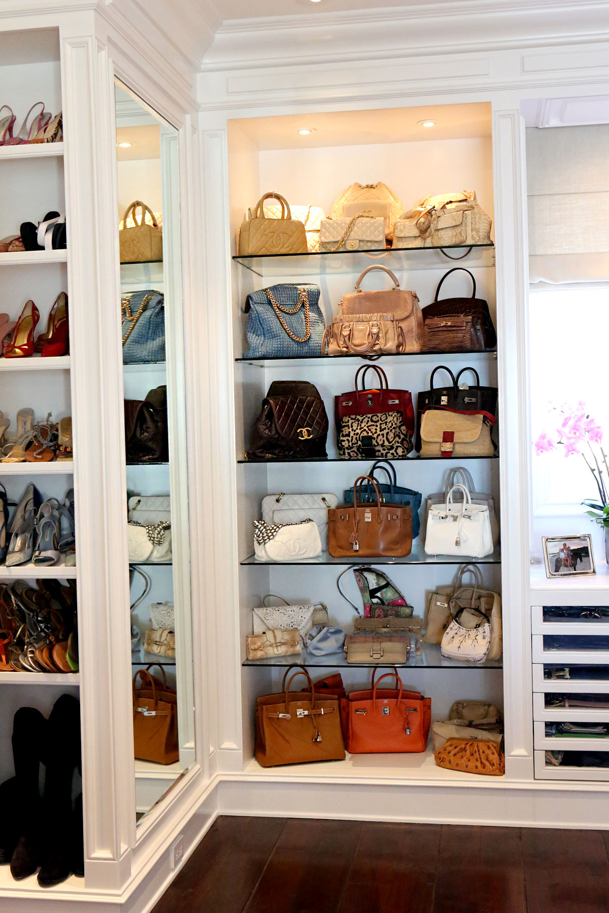 Modern Minimalist Handbag Cabinet With Full Of Collections