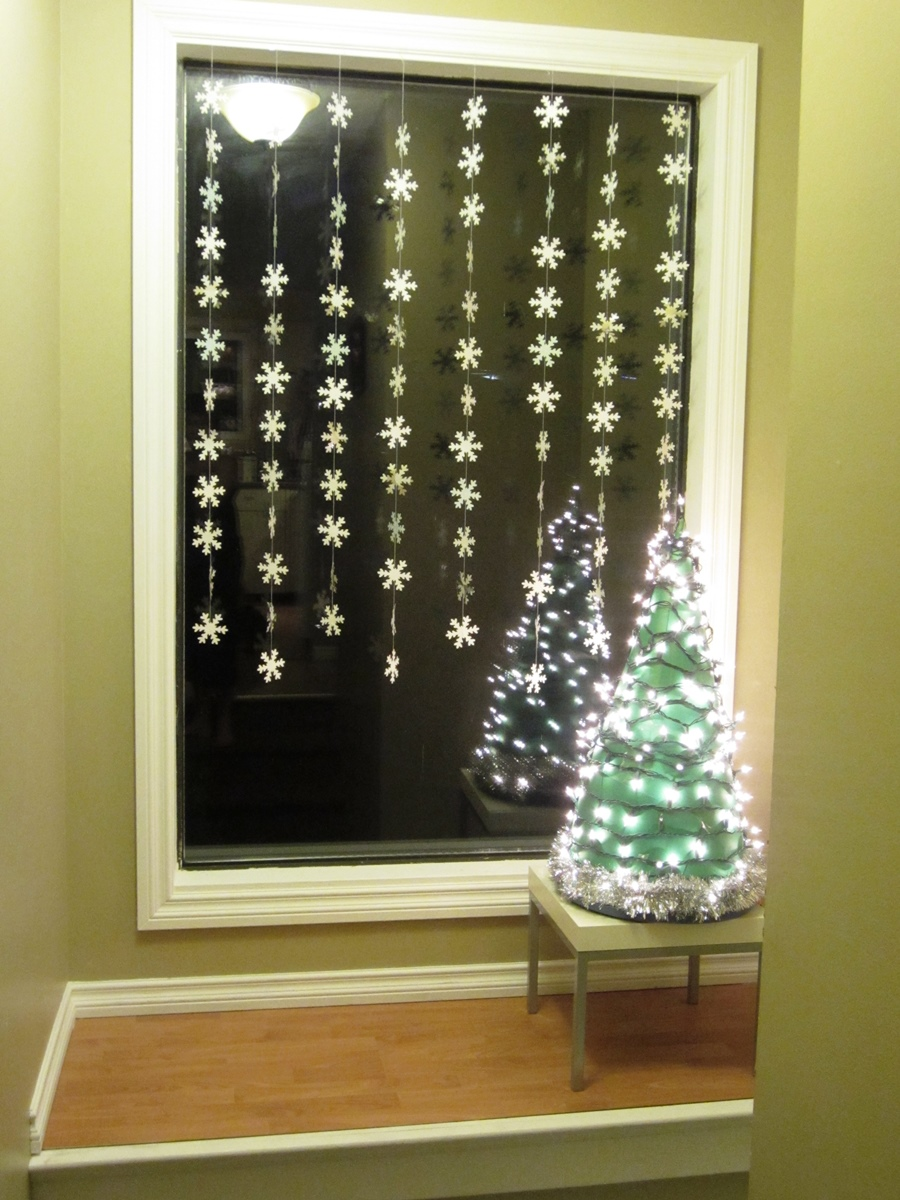 Christmas window decoration ideas homesfeed for Indoor light decoration ideas