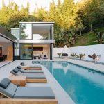Fleetwood Windows And Doors Luxurious Modern House Backyard Swimming Pool Swimming Pool Deck Funirture Clean White Porcelaine Floor