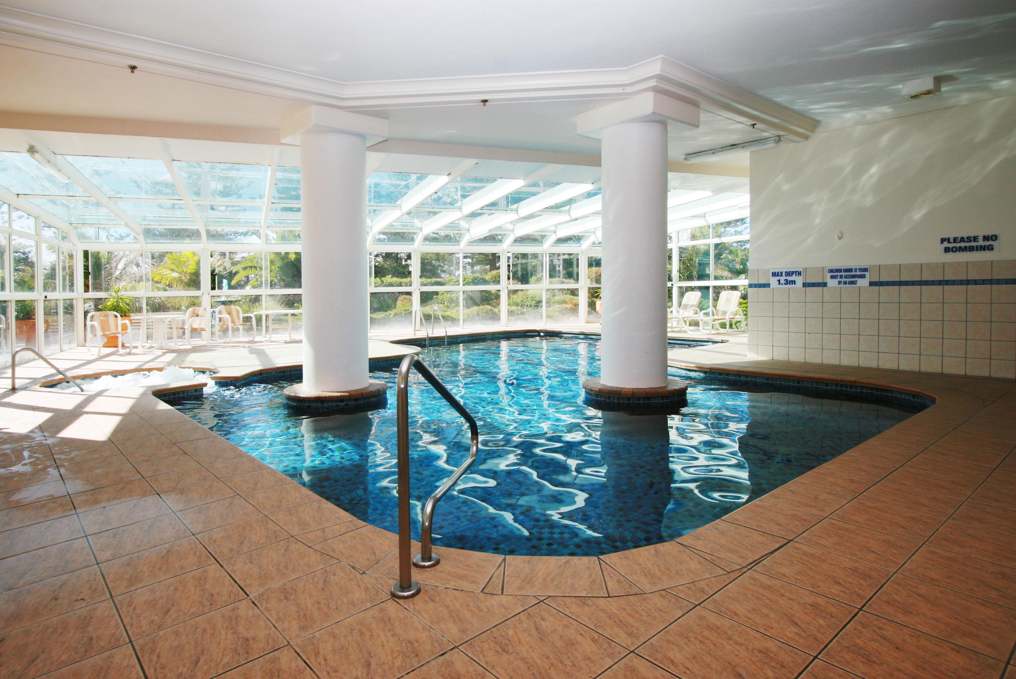 Indoor swimming pool ideas homesfeed for Indoor swimming pool room design