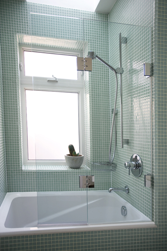 Transparent And Frameless Glass Panel For Bathtub Small And Deep White  Bathtub With Heldhand Showerhead Wall