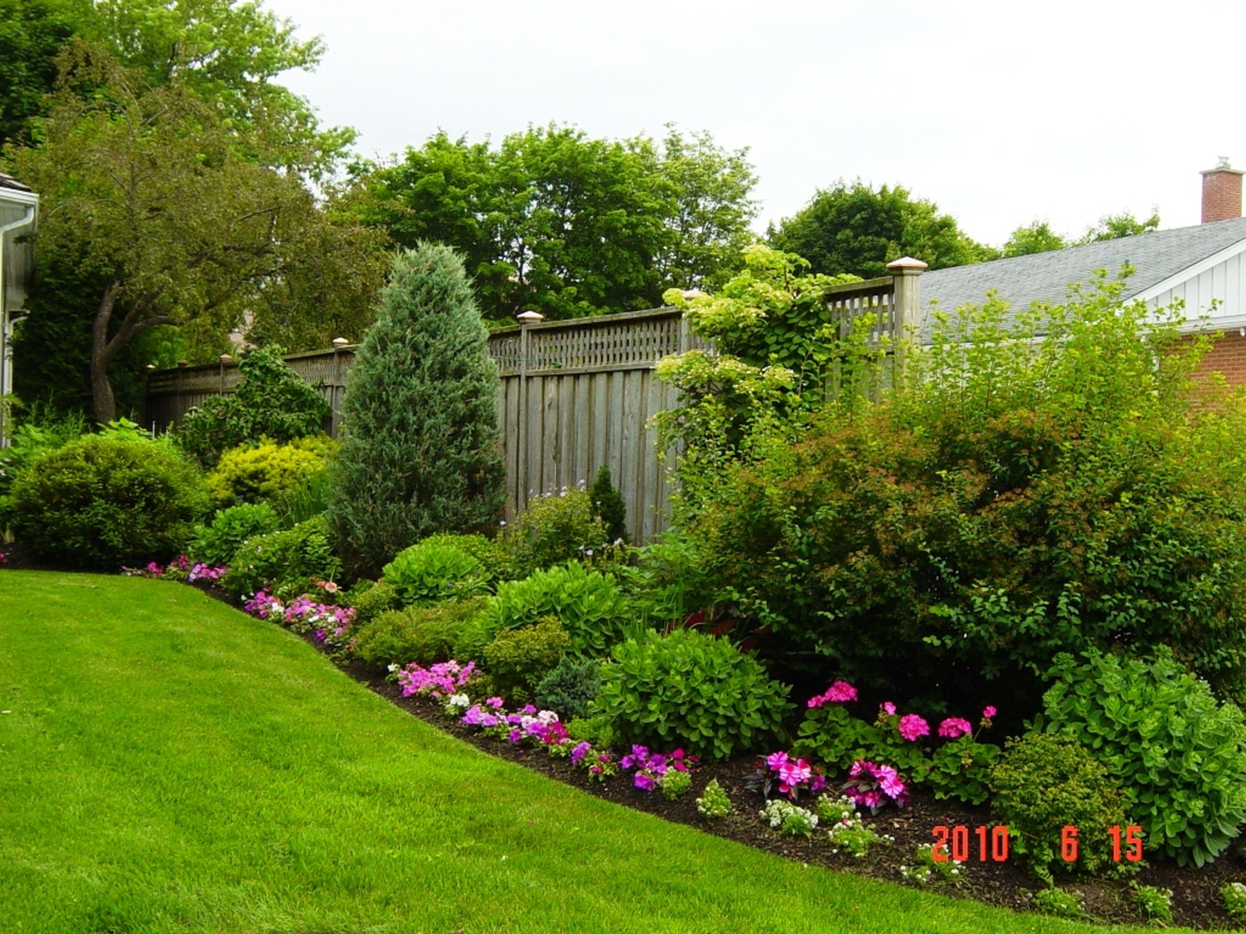 Backyard Fencing Ideas - HomesFeed on Backyard Wooden Fence Decorating Ideas id=25880