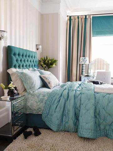 Luxurious bedroom with turquoise paint homesfeed for Turquoise wallpaper for bedroom