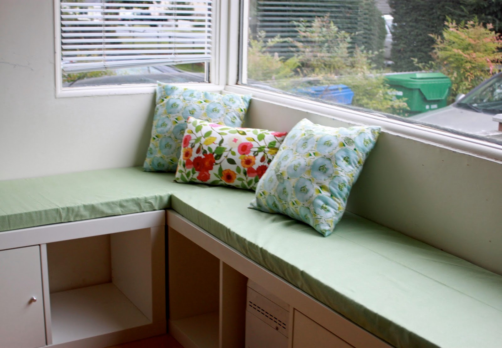 Banquette Seating Design For Compact And Fashionable