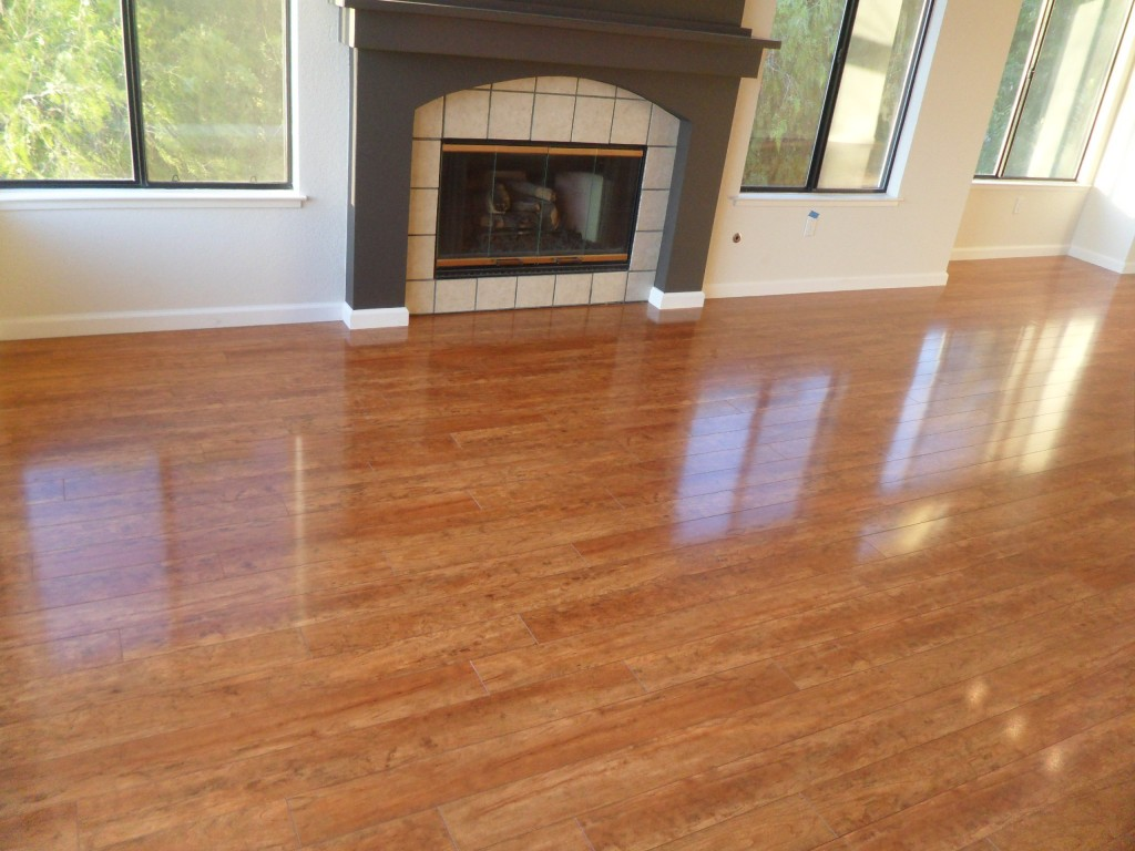 Hardwood floor vs laminate the pros and cons homesfeed for Homes with hardwood floors