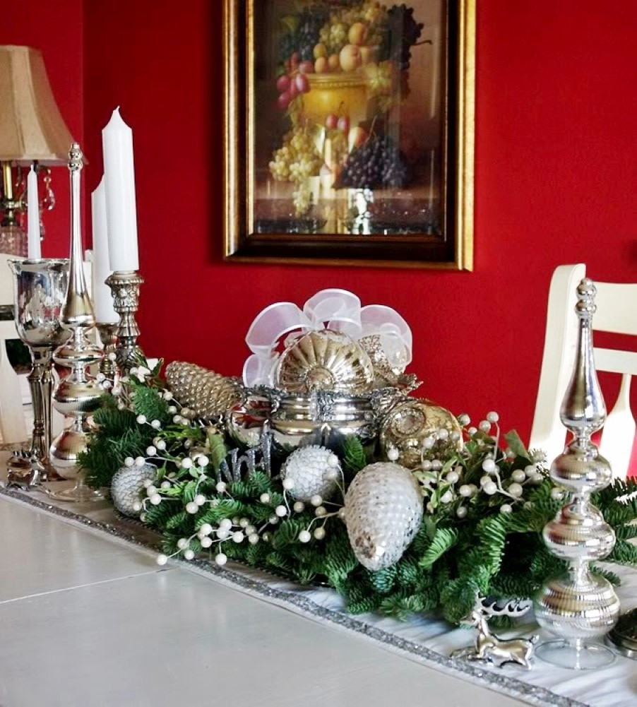 37 Stunning Christmas Dining Room Décor Ideas: Beautiful Christmas Centerpiece With Adorable Red And