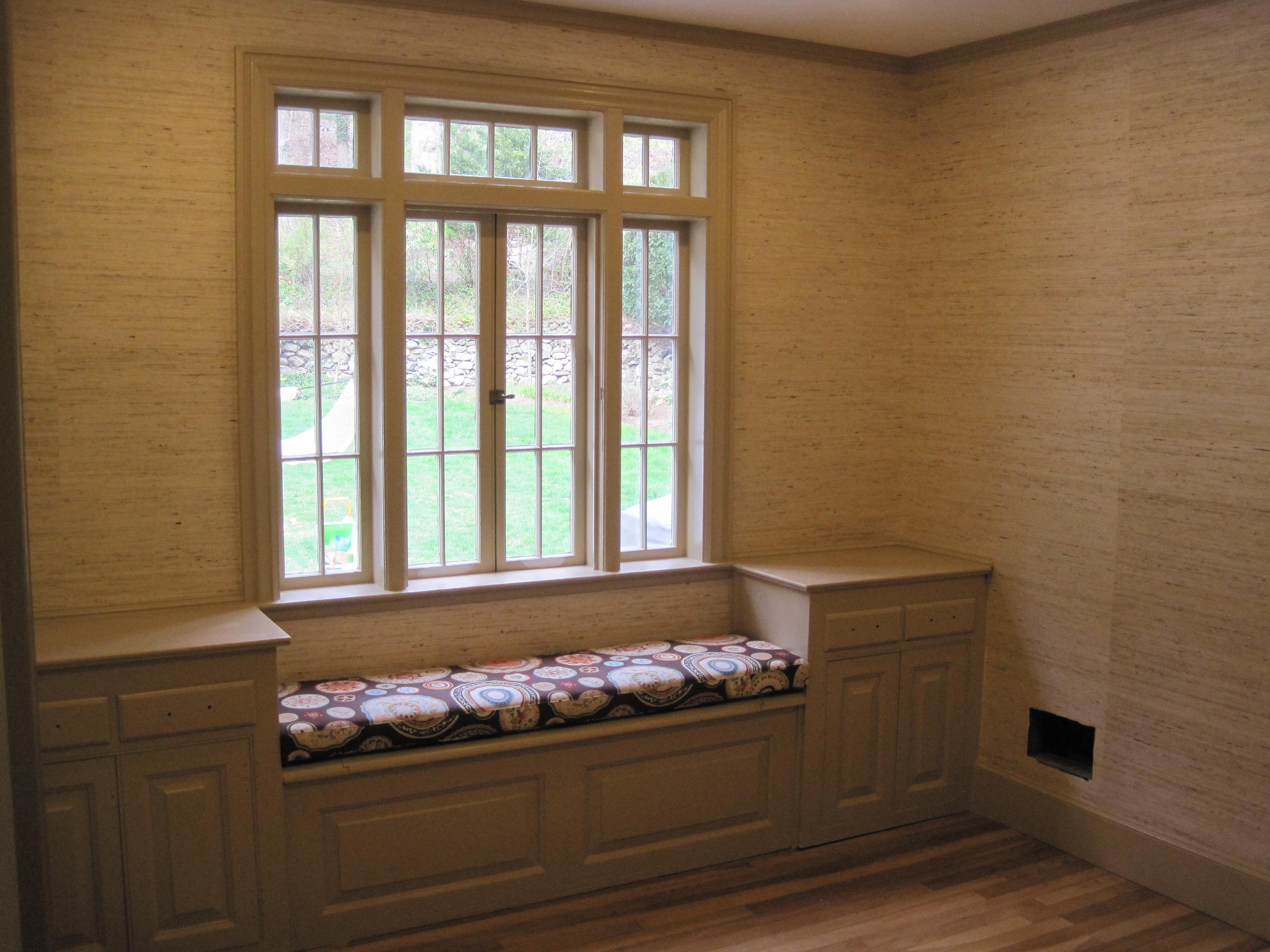 Window seat - this would make such great use of the space ...