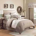 White and beige bedding set idea for queen size bed with headboard