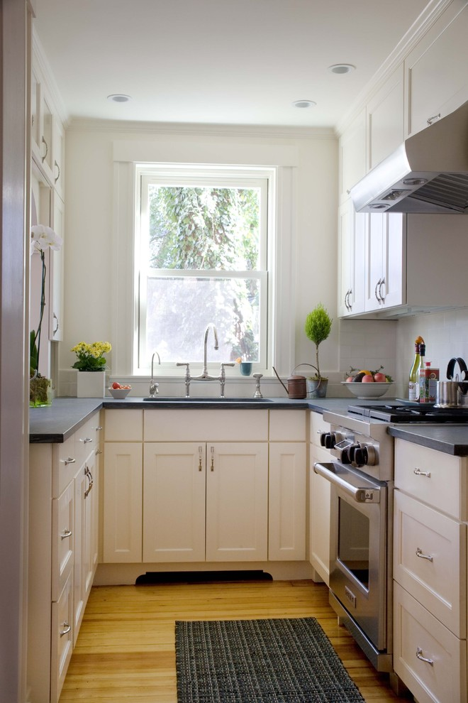 simple and small kitchen idea with dark grey countertop white cabinet system black kitchen mat wood slabs flooring