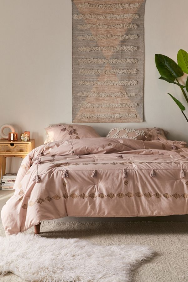 border comforter with netted tassels