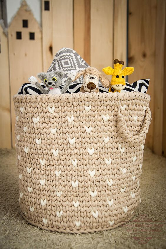 free patterned crochet basket in light brown with white accents