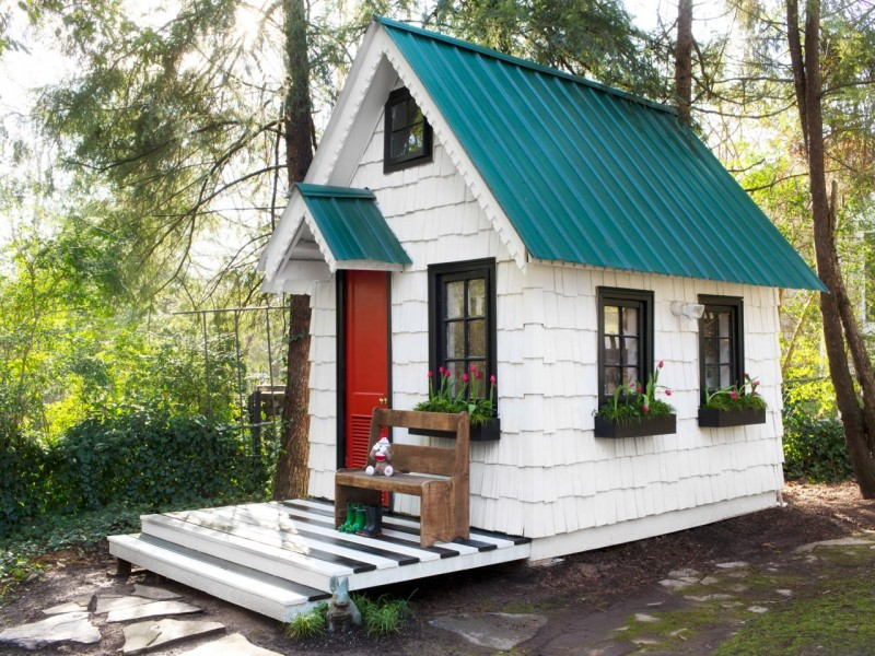 kids' tiny house inspired by Alice in Wonderland movie