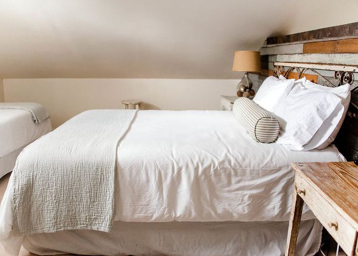 master bedroom design withs reclaimed wood headboard white bedding treatment wood bedside table